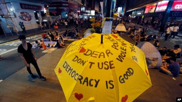 Truyền thông thân Bắc Kinh xem những người biểu tình đòi dân chủ là bù nhìn và nhận tiền của Mỹ.