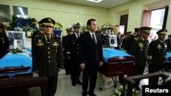El presidente de Guatemala, Jimmy Morales, participa en una guardia de honor en el Ministerio de Defensa, en homenaje a tres soldados de su país asesinados por presuntos narcotraficantes. Ciudad de Guatemala, 6 de septiembre de 2019. Foto: Presidencia de Guatemala vía Reuters.