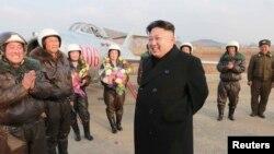 북한 김정은 제1국방위원장이 인민군 항공 및 반항공군 여성추격기 비행사들의 비행훈련을 지도했다고, 북한 관영 조선중앙통신이 지난해 11월 28일 보도했다.