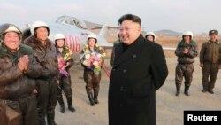 Lãnh tụ Kim Jong trong chuyến đi thị sát chuyến bay thử nghiệm của các nữ phi công thuộc lực lượng phòng không không quân Bắc Triều Tiên.
