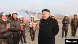 资料照:朝鲜领导人金正恩在机场指导空军工作。