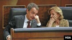 Perdana Menteri Spanyol Jose Luis Rodriguez Zapatero (kiri) berbicara dengan Menteri Perekonomian Elena Salgado dalam sebuah sidang parlemen di Madrid, Rabu (9/3).