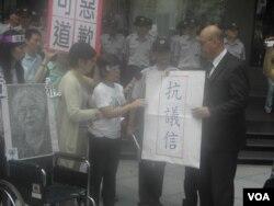 立委代表台湾慰安妇向日方递交抗议信 (美国之音叶兵拍摄)
