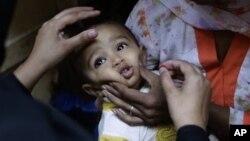 Seorang anak menerima vaksinasi polio di Islamabad, Pakistan, 16 Oktober 2012 (Foto: dok). WHO dan UNICEF menghentikan pelaksanaan vaksinasi polio di Pakistan, menyusul serangan atas para petugas kesehatan di negara itu, Rabu (19/12).