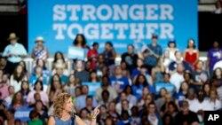 Debbie Wasserman Schultz, à la tête du comité du parti démocrate, parle lors du rassemble d'Hillary Clinton à Tampa, le 22 juillet 2016.