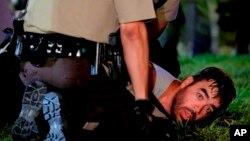 8月18日美國中部密蘇里州弗格森鎮再次爆發衝突。警察正逮捕一名示威者。