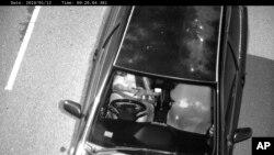 Foto yang diambil oleh Kamera Deteksi Ponsel dan dirilis oleh Transport for NSW menunjukkan pengemudi menggunakan ponsel saat mengemudi di Australia. (Foto: AP)