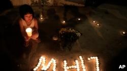 Người Malaysia thắp nến cầu nguyện cho các nạn nhân trên chuyến bay MH17 tại Kuala Lumpur.