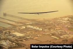 ເຮືອບິນ Solar Impulse 2 ໃນການບິນຂ້າມປະເທດ ໂອມານ ເດີນທາງໄປເມືອງ ອາເມດາບາດ ປະເທດອິນເດນ, ທີ 10 ມີນາ 2015