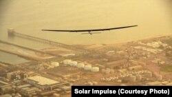 Pesawat Solar Impulse-2 (Si2) terbang di atas Oman menuju ke Ahmedabad, India, Selasa (10/3).