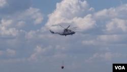 米-26直升机在莫斯科郊外一处俄军基地附近扑灭森林大火。(美国之音白桦拍摄)