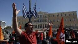 地方政府工人在希臘議會前高喊口號反對緊縮措施