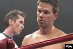 Micky Ward (Mark Wahlberg) di atas ring tinju.