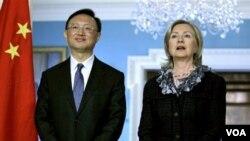Menlu Tiongkok Yang Jiechi (kiri) dalam pertemuan dengan Menlu AS Hillary Rodham Clinton di Washington, 5 Januari 2010.