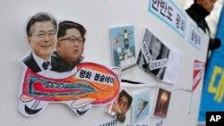 韩国一次集会上朝鲜领导人金正恩和韩国总统文在寅的照片放在一起