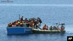 Des migrants secourus par un bateau militaire italien dans la mer Méditerranéé 3 mai 2015.