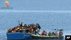 Wafanyakazi wa kitengo cha majini cha Italy kwenye boti ndogo wakiokoa wahamiaji kwenye bahari ya Mediterranean, May 3, 2015.