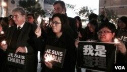 香港本地及外國記者 燭光靜默悼念法國槍擊案 (美國之音 湯惠芸攝)