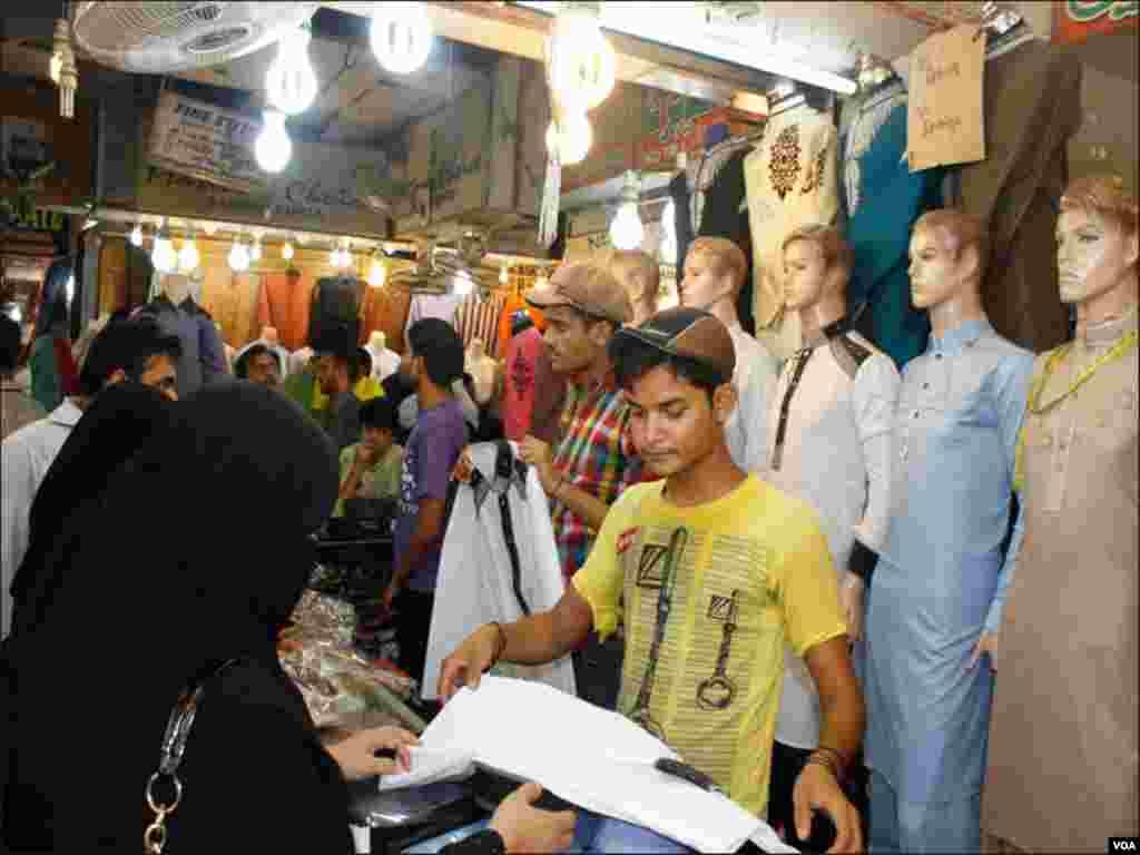 سلے سلائے کپڑوں کی مانگ میں اضافے کے باعث دکاندار منہ مانگی قیمتیں وصول کررہے ہیں