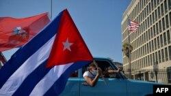 Kubanci se voze pored američke ambasade za vreme protesta na kome je traženo ukidanje američke blokade Kube, u Havani, 28. marta 2021.