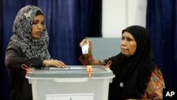 A Maldivian woman casts her vote in Male, Maldives, Sept. 7, 2013.