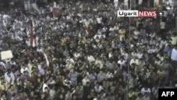 Amaterski snimak današnjih antivladinih demonstracija u gradu Rastan, u centralnom delu Sirije