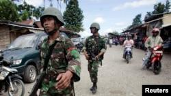 Anggota TNI berpatroli di Timika, Papua. (Foto: Dok)