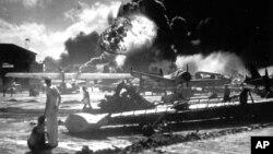 珍珠港的美国海军军人观看美国驱逐舰在日本偷袭下爆炸(1941年12月7日)