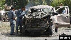 Cảnh sát trong tỉnh Jalalabad đang xem một chiếc bị hư hại vì trúng bom