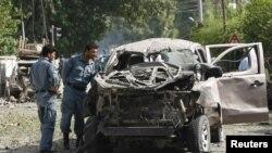 아프가니스탄 경찰이 사고 현장에서 폭발차량을 조사하고 있다 (자료사진)