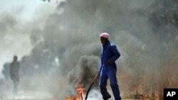 Para pekerja tambang Afsel di tambang Gold One International sebelah timur Johannesburg melakukan aksi unjuk rasa (3/9).