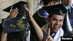 Những người trẻ do cha mẹ đưa tới Mỹ bất hợp pháp được tạm thời ở lại nếu là học sinh hay phục vụ trong quân đội