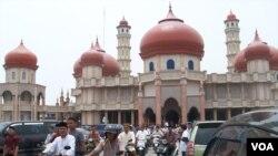 Umat Muslim seusai melaksanakan sholat Jumat di Masjid Agung Baitul Makmur, Kota Melaboh, Aceh Barat (Foto:VOA/Budi Nahaba)