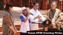 Jokowi dan pegiat hutan produktif masyarakat bertukar pikiran di sela acara Festival Kehutanan Nasional di Yogyakarta, Jumat, 28 September 2018. (Foto courtesy: Humas KPHP)