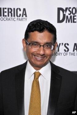 Dinesh D'Souza comentarista conservador convicto de hacer contribuciones ilegales de campaña, fue perdonado por el presidente Donald Trump.