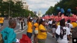3.500 personas marcharon contra el VIH por la avenida Pensilvania hacia el Congreso. [Foto: Juan Moreno].