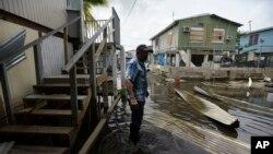 Một cư dân thành phố Juana Matos đi qua khu vực ngập lụt sau khi Bão Maria quét qua, ở Puerto Rico, ngày 27 tháng 9, 2017.