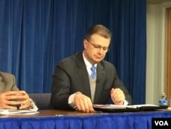 美国安会亚洲事务资深主任康达在吹风会上(美国之音莉雅拍摄)