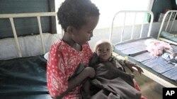 肯尼亞一個難民營裡﹐小童照顧小嬰兒