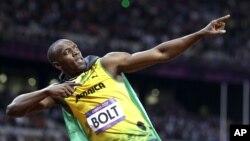 مردوں کی 100 میٹر دوڑ میں طلائی تمغہ حاصل کرنے کے بعد جمیکا کے اسین بولٹ کا ایک انداز