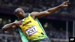 El velocista jamaiquino Usain Bolt celebra su triunfo en los 100 metros planos, este domingo, en el estadio Olímpico de Londres.