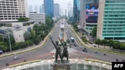 Suasana di sekitar Tugu Selamat Datang, di Bundaran Hotel Indonesia, Jakarta, 14 September 2020. (Foto: ADEK BERRY / AFP)