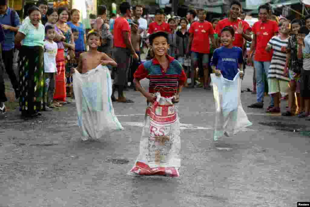 Qopda sakrash musobaqasi. Yangon, Myanma