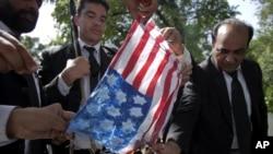 巴基斯坦律师9月19日在伊斯兰堡的外国使馆区焚烧模拟的美国国旗