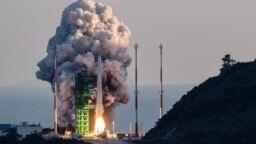 """Roket luar angkasa pertama Korea Selatan """"Nuri"""" diluncurkan di Naro Space Center, Goheung, Provinsi Jeolla Selatan, 473 kilometer selatan Seoul, 21 Oktober 2021. (YONHAP / AFP)"""