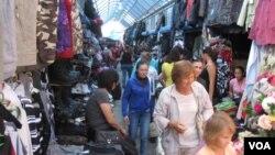 俄羅斯西伯利亞東部雅庫特地區一處中國過商販集中的市場(美國之音白樺拍攝)