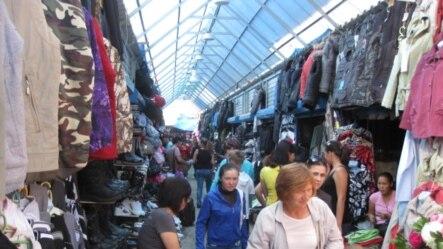 俄罗斯西伯利亚东部雅库特地区一处中国过商贩集中的市场(美国之音白桦拍摄)