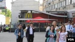 莫斯科市中心普希金广场旁的麦当劳,这是麦当劳当年在前苏联开的第一家店。(美国之音白桦拍摄)