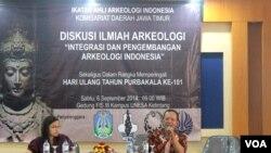 Diskusi ilmiah Ikatan Ahli Arkeologi Indonesia Jawa Timur membahas persoalan arkeologi di Jawa Timur di kampus Universitas Negeri Malang. (VOA/Petrus Riski)