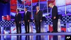 បេក្ខជនប្រធានាធិបតីខាងគណបក្សសាធារណរដ្ឋពីឆ្វេងទៅស្តាំ អតីតសមាជិកព្រឹទ្ធសភា Rick Santorum អតីតអភិបាលរដ្ឋ Massachusetts Mitt Romney អតីតប្រធានសភាតំណាងរាស្រ្ត Newt Gingrich និងតំណាងរាស្រ្តសហរដ្ឋអាមេរិក Ron Paulនៅក្នុងទីក្